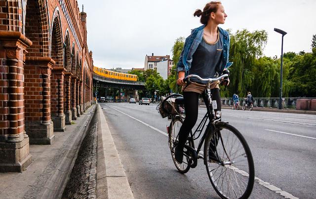 Multe da 150 euro per chi sorpassa i ciclisti a meno di un metro e mezzo di distanza.