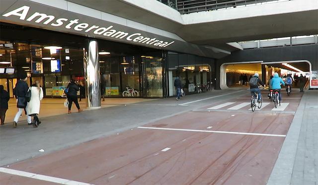 Amsterdam: il nuovo tunnel ciclopedonale attraversa la stazione