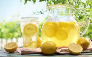 Acqua e limone, l'elisir del mattino