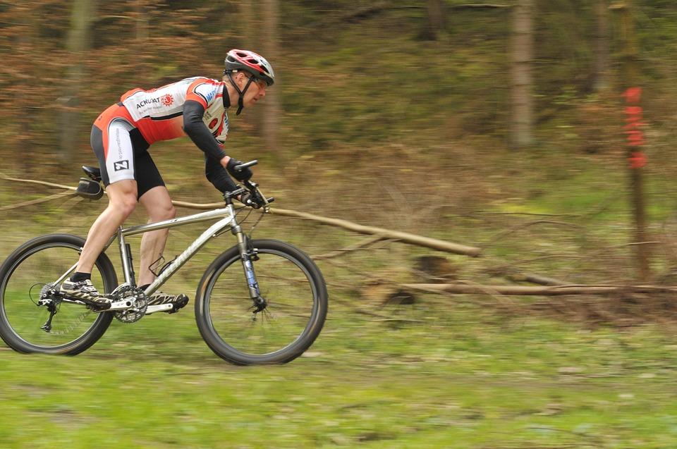 Escursioni in mountain bike: come pedalare nel fango