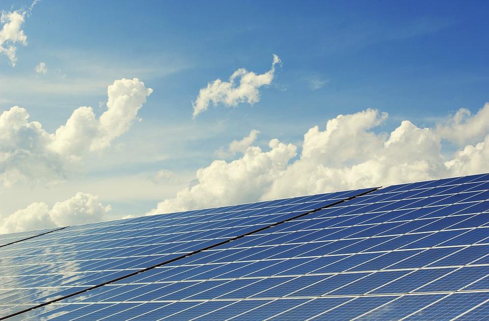Ricaricare le batterie in viaggio: pannelli solari per bici