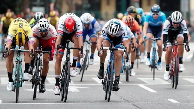 Dylan Groenewegen  vince l'ultima tappa della Vuelta Valenciana .