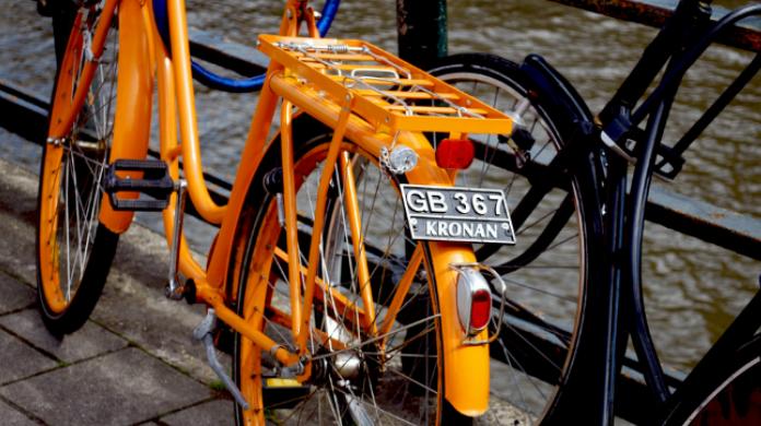 In bici con casco, targa e assicurazione. Vietata la circolazione contromano