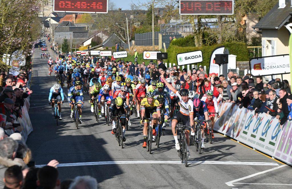 Sprint vincente di  Nicolai Brochner nella prima tappa del Giro di Normandia .