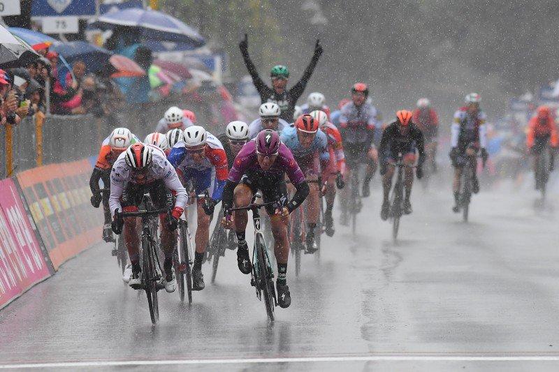 Trionfo di Pascal Ackermann nella quinta tappa del Giro d'Italia.