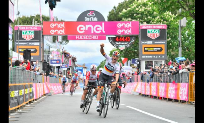 Successo di Pascal Ackermann nella seconda tappa del Giro d'Italia.