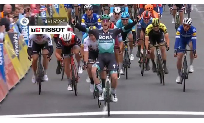 Successo di Sam Bennett nella terza tappa del Giro del Delfinato.