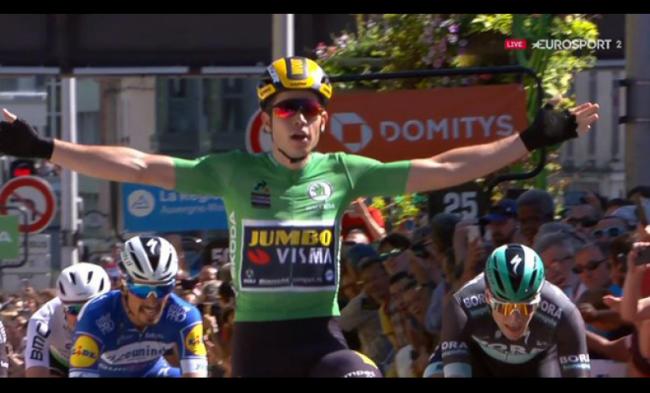 Sprint vincente di Wout Van Aert.