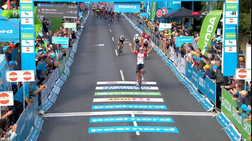 Sprint vincente di Tiesj Benoot  nella prima tappa del Giro di Danimarca.