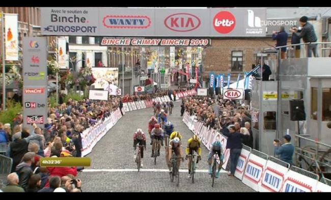 Sprint vincente di Tom Van Asbroeck nella Binche-Chimay-Binche Memorial Frank Vandenbroucke.